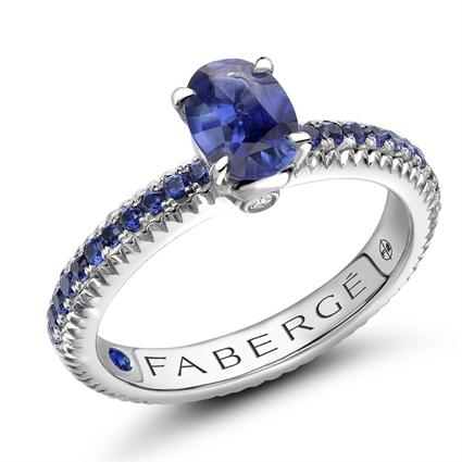 Geriffelter Ring aus Weißgold mit blauem Saphir und saphirbesetzten Schultern I Fabergé