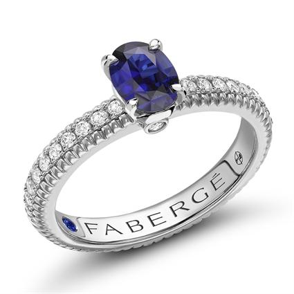 Geriffelter Ring aus Weißgold mit blauem Saphir und diamantbesetzten Schultern I Fabergé